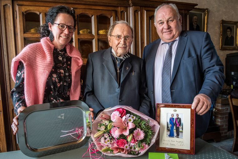 Eerwaarde Michel Maeckelberghe kreeg felicitaties van de stad en de provincie bij monde van Els Kindt en Marc Vanwalleghem.