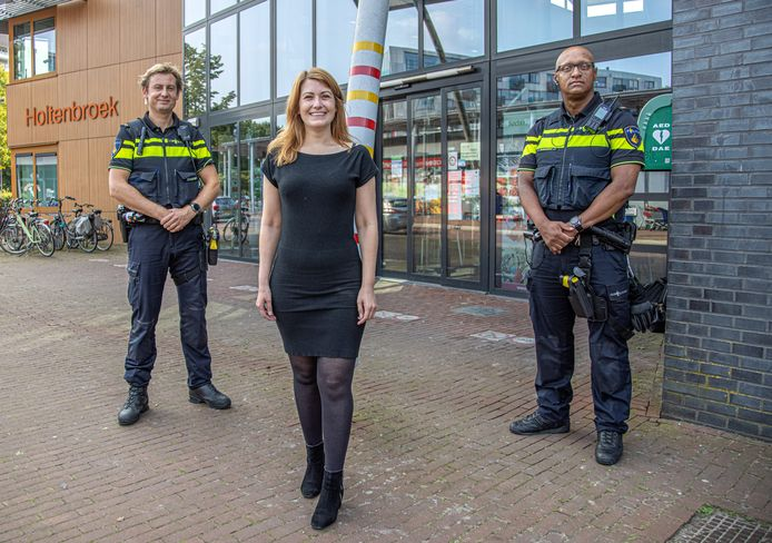 Wijkagent Berthold Snippe , bewoner Frederika Hulshof en wijkagent Rosendo Grovell (vlnr) bij het wijkcentrum in Holtenbroek.