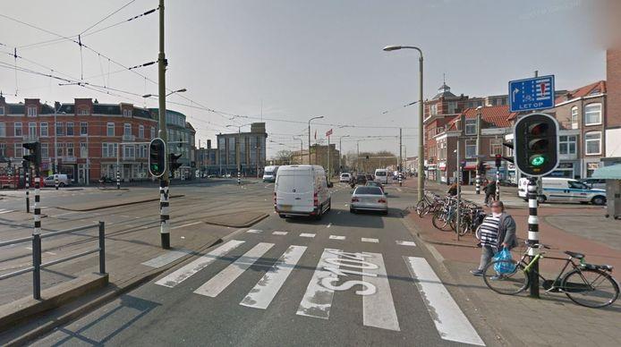 Bij het kruispunt van de Regentesselaan en de Loosduinseweg staan vanaf vandaag stoplichten voor voetgangers en fietsers langer op groen.
