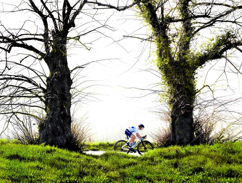 Annemiek van Vleuten soleert naar de zege in de Ronde van Vlaanderen. Beeld Klaas Jan van der Weij / de Volkskrant