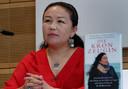 Sayragul Sauytbay tijdens een boekpresentatie voor de Duitse vertaling van De Kroongetuige in Berlijn.