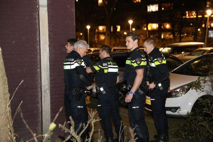 De politie heeft tussen zaterdagmiddag en zaterdagnacht nog eens negentien personen aangehouden in Den Haag voor onder andere openlijke geweldpleging, brandstichting en illegaal vuurwerk.
