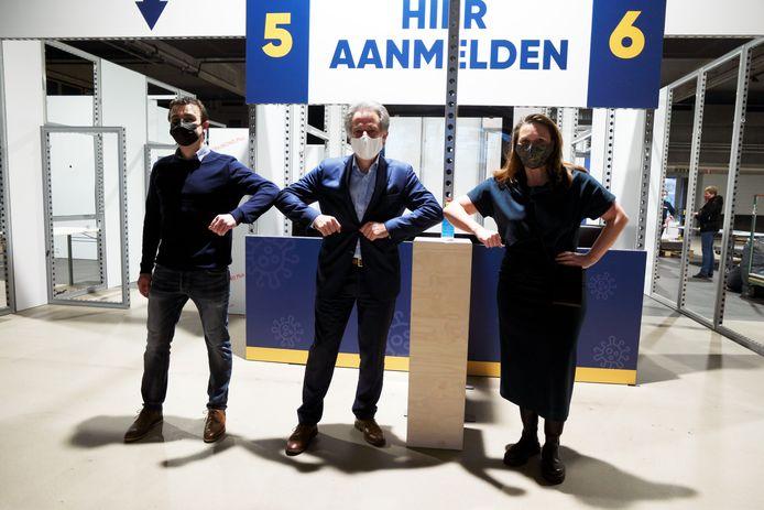 De burgemeesters van Begijnendijk (links), Tielt-Winge (midden) en Aarschot (rechts) slaan de handen in mekaar en organiseren samen een vaccinatiecentrum in de Stadsfeestzaal van Aarschot.