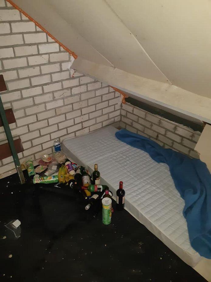 Een 37-jarige man zonder vaste woon- of verblijfplaats lag te slapen op een matras in een schuur.