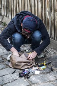 Vrouw (77) met geweld van tas beroofd