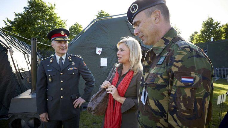 Commandant der Strijdkrachten, generaal Tom Middendorp (L) en minister van defensie Jeanine Hennis-Plasschaert (M). Beeld ANP