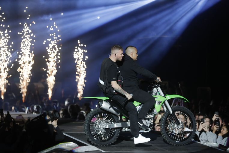 Vuurwerk op de achtergrond, het podium oprijden op een motor: de show van Gers Pardoel knetterde.