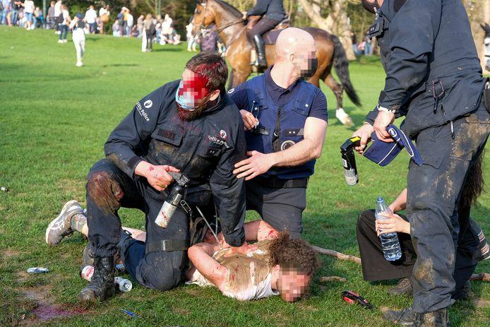 Een politieagent kreeg een projectiel tegen het hoofd.