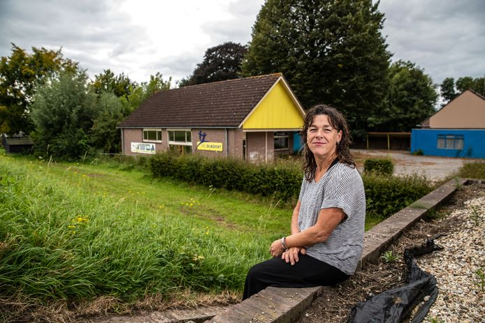 Désirée Kranenburg woont naast de voormalige school in Welsum, waar de gemeente Olst-Wijhe en Plaatselijk Belang Welsum graag achttien zorgappartementen zien verrijzen.