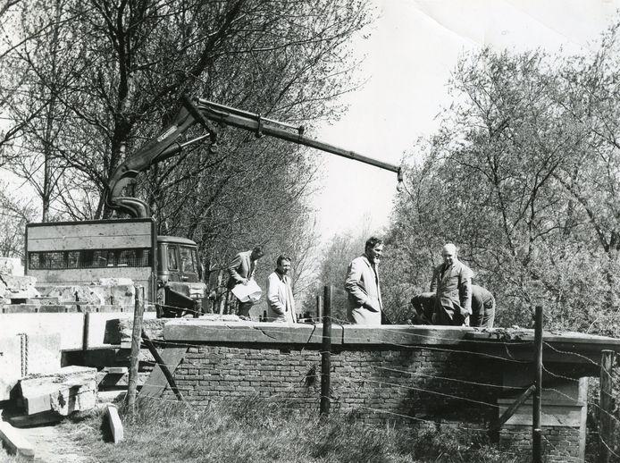 3 mei 1971, deze week precies een halve eeuw geleden: architect Walraad bekijkt de voortgang van de restauratie van de Langepoort in de Brielse vesting.