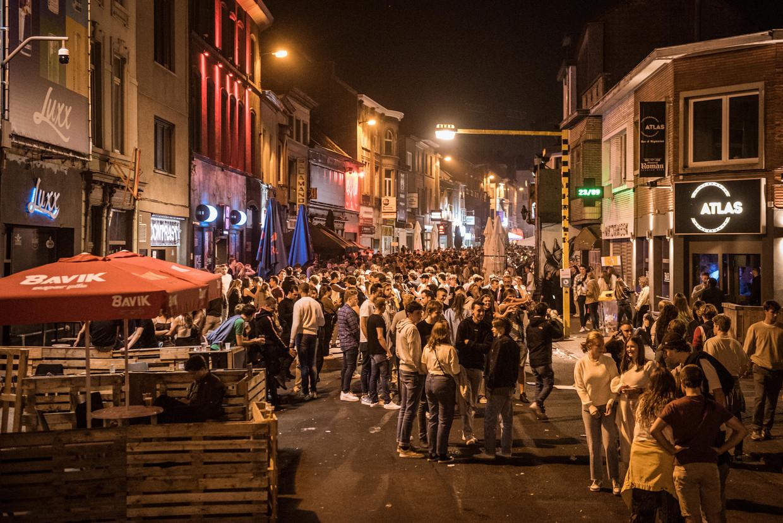 Massa's volk op de been in de Gentse Overpoortstraat. Beeld Wouter Maeckelberghe