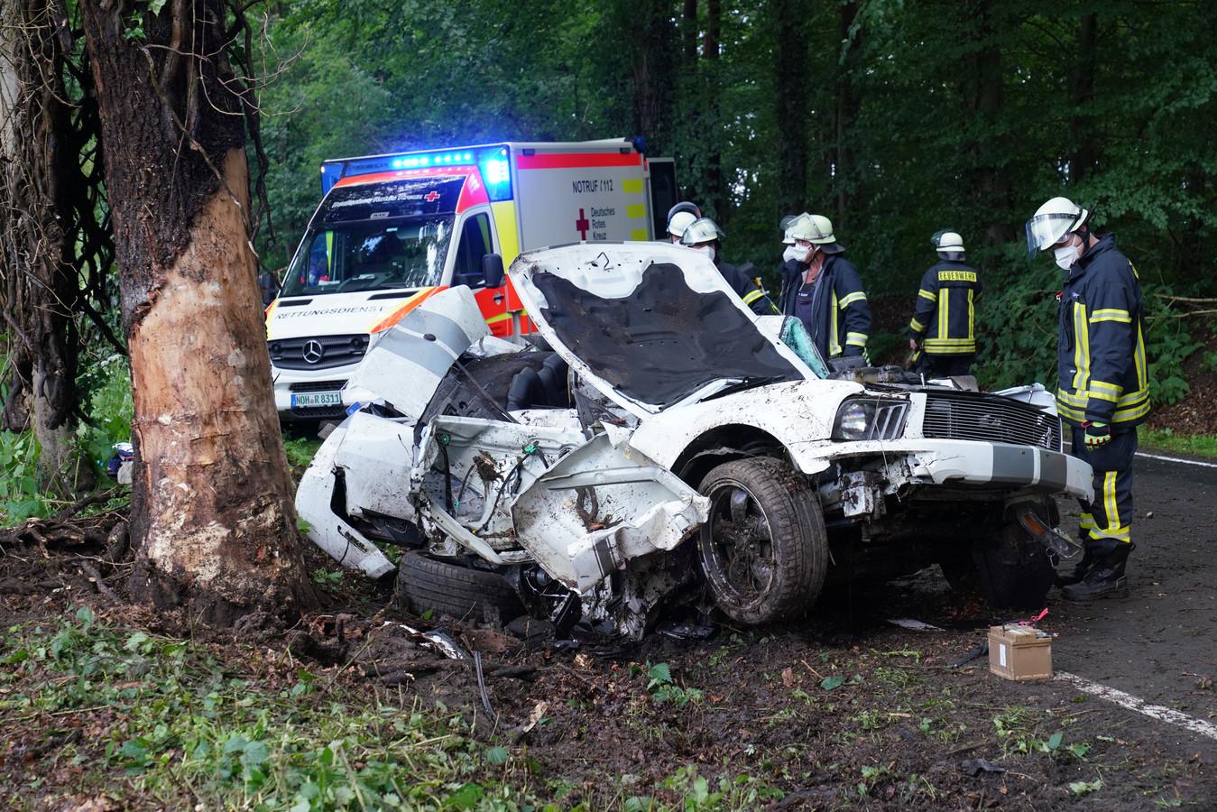 De zwaar beschadigde Ford Mustang sportwagen.