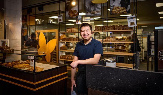 """Kai Chen op zijn werk bij Bakkerij Vlinder: ,,Onze koekjes moeten we ook eerst proeven. Dat is geen straf."""""""