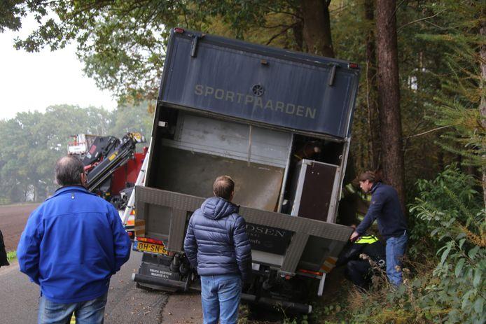 Het ongeval met de paardentrailer in Nijkerk. Foto: GinoPress