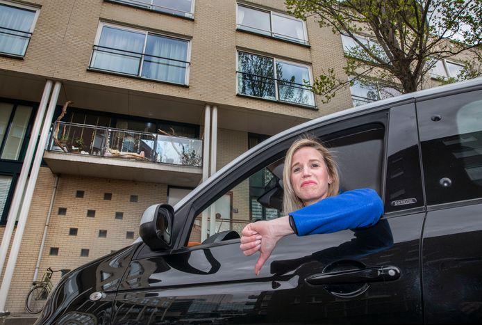 Anne-Louise Makkinga gaat verhuizen maar een parkeerplaats zit er niet in. De kosten voor een parkeervak op een terrein van Staedion zijn plotseling drie keer zo hoog geworden en een parkeervergunning wordt door de gemeente niet gegeven.