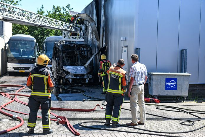 Eigenaar John van der Laan van taxibedrijf Van der Laan in Nieuwkoop neemt de schade op nadat een taxibusje is uitgebrand en een deel van het pand beschadigd is geraakt.