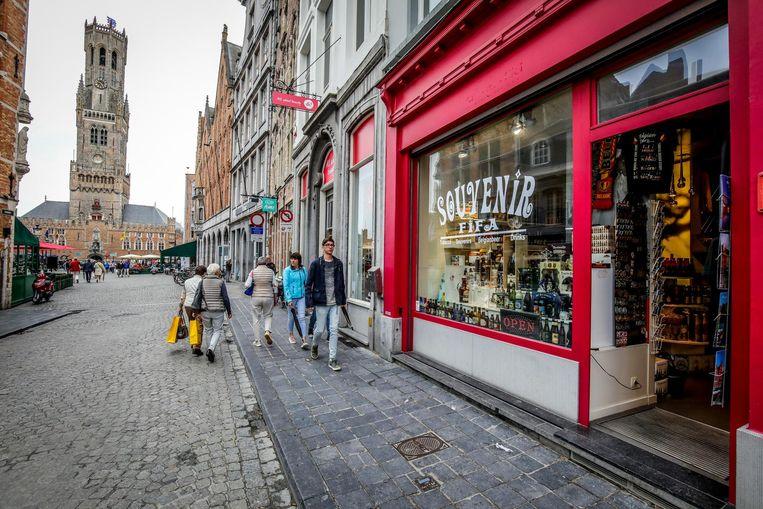 Een van de vele souvenirwinkels voor toeristen in het centrum van Brugge.