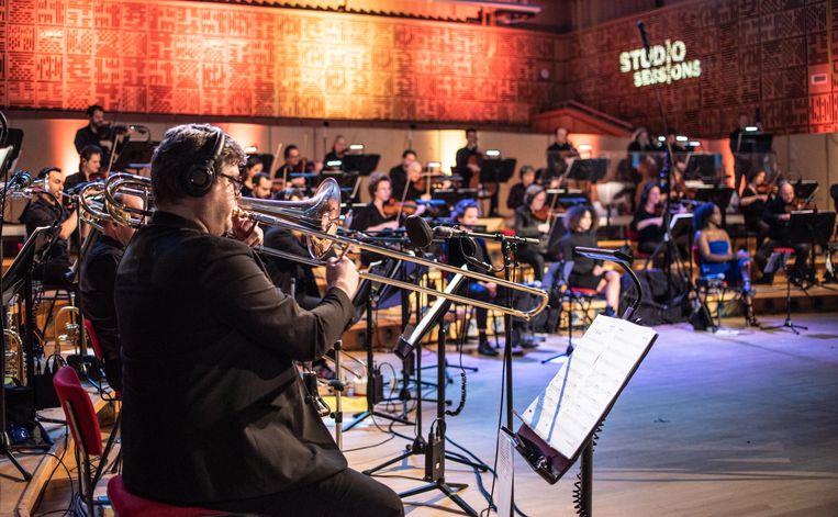 Het Metropole Orkest tijdens een opname van een Studio Session in de repetitieruimte van het Radio Filharmonisch Orkest in Hilversum. Beeld Reinout Bos