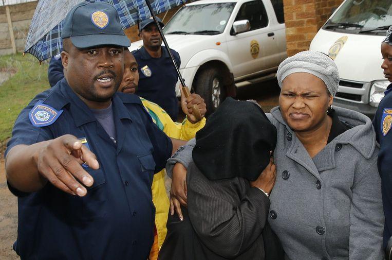 Een van de verdachten van de moord op Senzo Meyiwa, de keeper van het Zuid-Afrikaanse voetbalelftal, verlaat de rechtbank. Hij is vrijgelaten bij gebrek aan bewijs. Beeld reuters