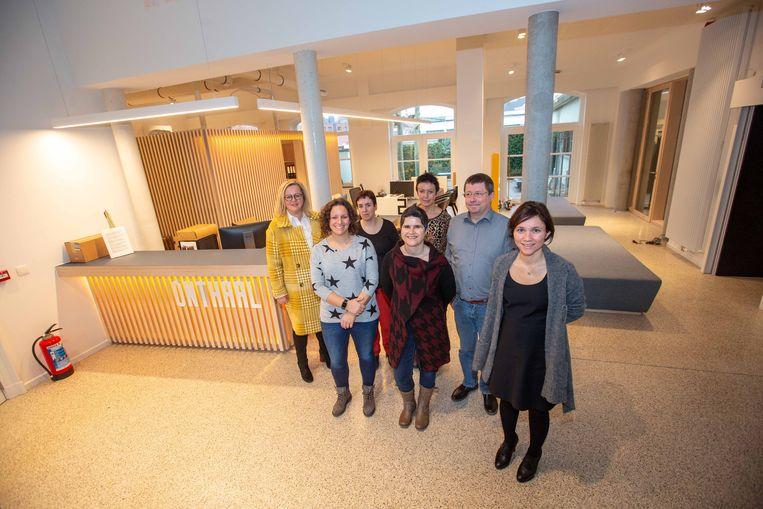 Burgemeester Irina De Knop en schepen Heidi Elpers met enkele personeelsleden in de 'nieuwe' ruimte waar je ontvangen wordt als bezoeker.