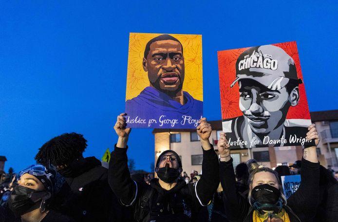 Demonstranten hielden vrijdag een betoging voor het politiekantoor van Brooklyn Center nabij Minneapolis (Minnesota).  Twee deelnemers hielden portretten van George Floyd en Daunte Wright vast.
