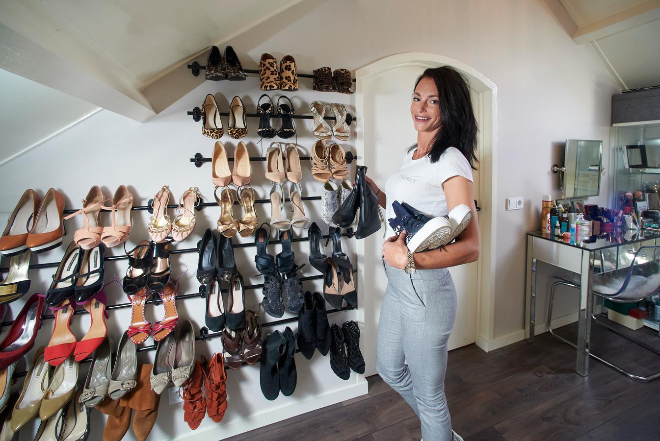 Krystel Masuger uit Veghel is organizer: haar werk is het opruimen, categoriseren en indelen van spullen. Bij mensen thuis, maar ook op kantoren en kinderdagverblijven. Op de foto thuis bij haar schoenenrek.