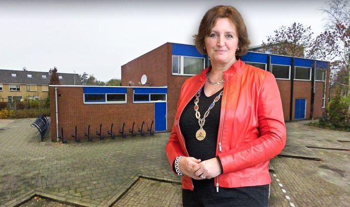 Burgemeester Liesbeth Spies met de op de achtergrond de Arrahman moskee in Boskoop.