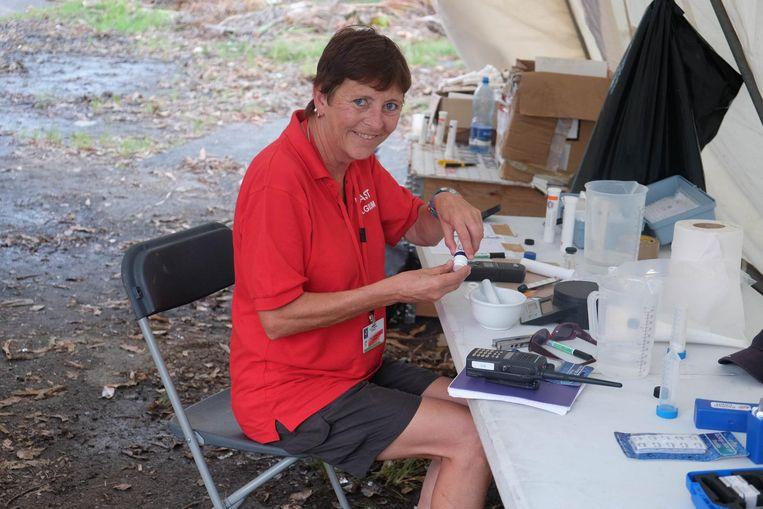 Ann aan het werk op Dominica, hier aan de slag in het veldlabo.