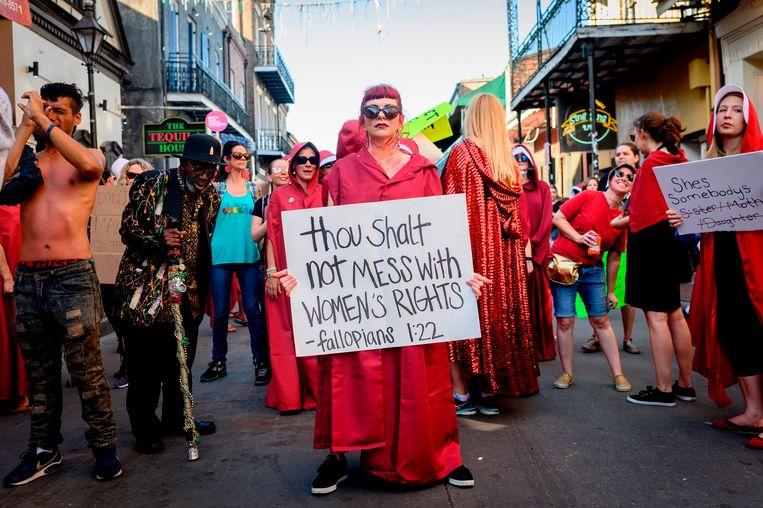 Een fictieve bijbeltekst in de straten van New Orleans, Louisiana: 'Gij zult vrouwenrechten geen geweld aandoen'.