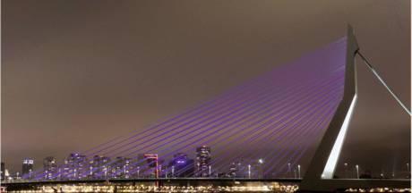 Paars licht op gebouwen voor aandacht darmziekten