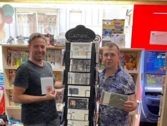 """Dagbladhandel Andy steunt lokale kunstenaar: """"Kunstkaarten bij de krant"""""""