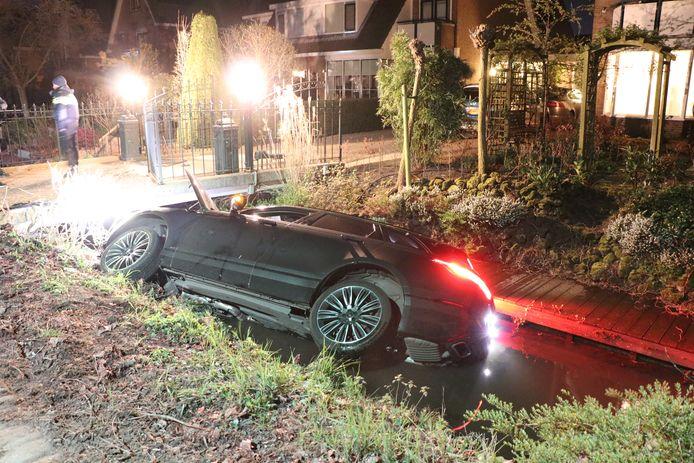 Bewoners van een woning aan de Achtersloot in IJsselstein schrokken vanochtend wakker en zagen een Range Rover in de sloot liggen.