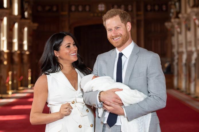 Prins Harry en zijn echtgenote Meghan hebben hun pasgeboren zoontje de naam Archie Harrison Mountbatten-Windsor gegeven.