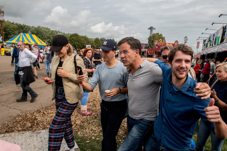 Premier Mark Rutte tussen Lowlandsgangers in 2019. Beeld Hollandse Hoogte /  ANP