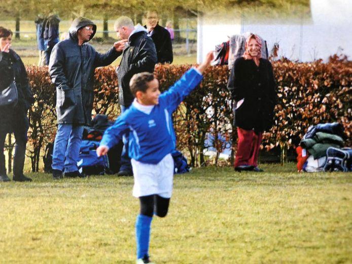 Mohamed Ihattaren in actie in zijn jeugdjaren bij SV Houten. Op de achtergrond een trotse moeder.