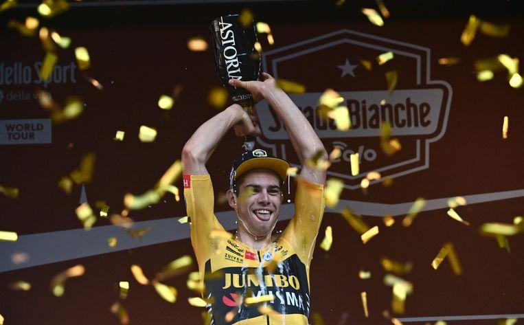 Net iets meer dan een jaar na zijn val in de Tour op 19 juli 2019 won Van Aert de Strade Bianche op 1 augustus 2020.  Beeld AFP