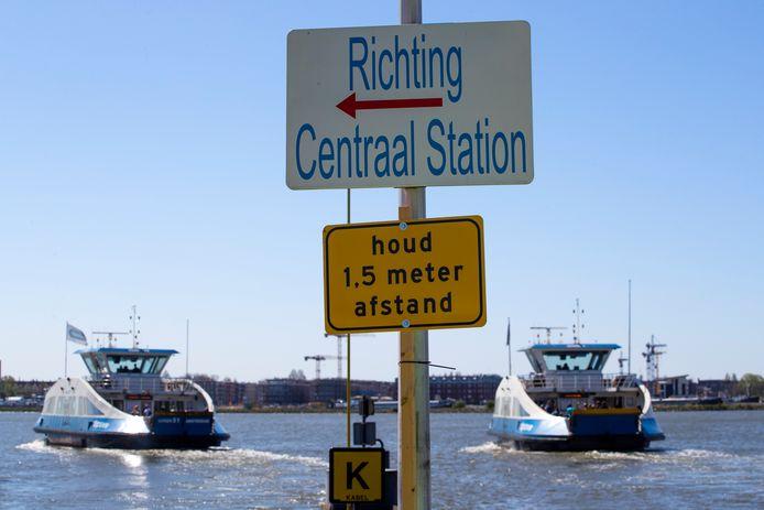 Een bord in Amsterdam maant mensen aan om rekening te houden met social distancing