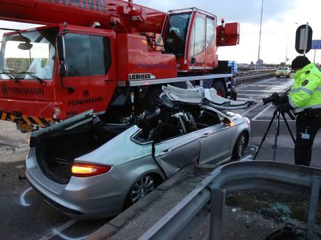 Zwaargewonde bij botsing met mobiele kraan bij Hoogvliet