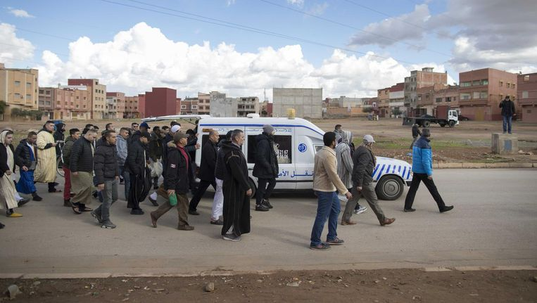 Familie, vrienden en belangstellenden vrijdag in het Marokkaanse Berkane bij de uitvaart van de in Amsterdam omgebrachte Mohammed Bouchikhi. Beeld anp