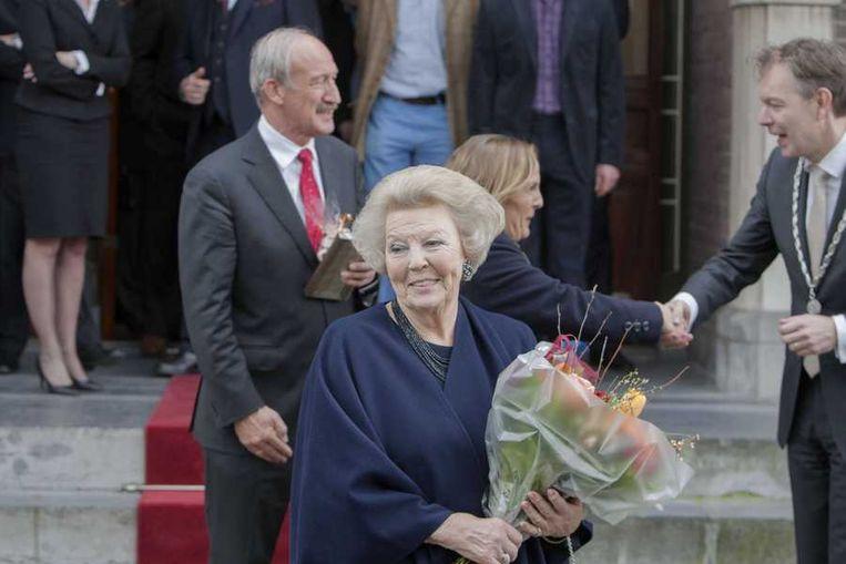Beatrix heeft zojuist het stadhuis van Baarn verlaten, nadat zij zich officieel heeft laten inschrijven als inwoner van de gemeente. Beeld anp