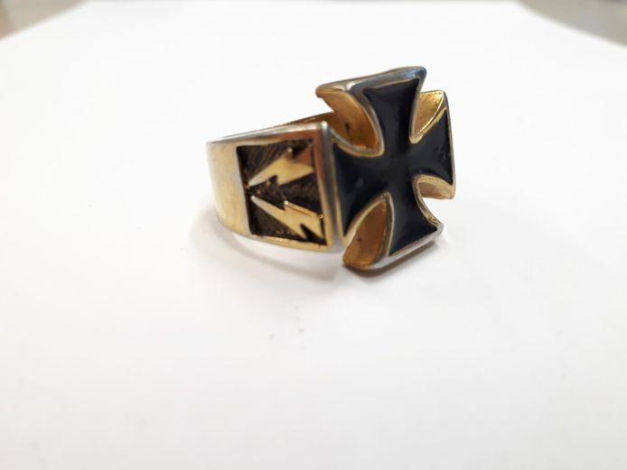 Deze opvallende ring met het grootkruis en het symbool van de Waffen SS behoort tot de gestolen sieraden.