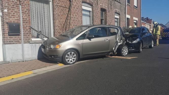Automobilist knalt achterop geparkeerde wagen in Godveerdegemstraat
