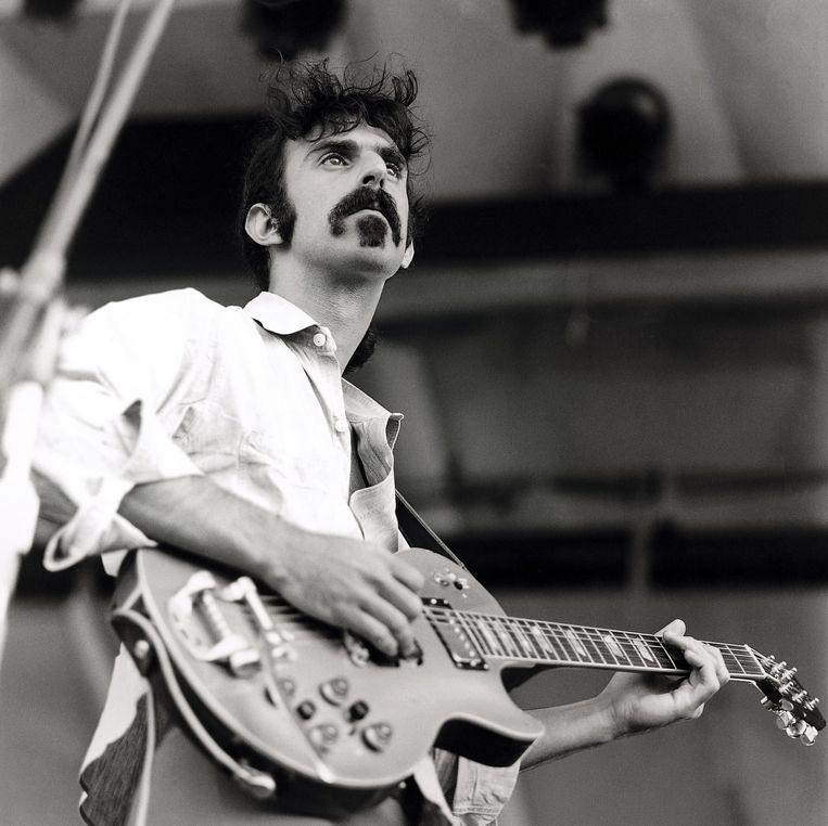Frank Zappa tijdens een optreden in Newport in de staat Rhode Island in de zomer van 1969.  Beeld Redferns