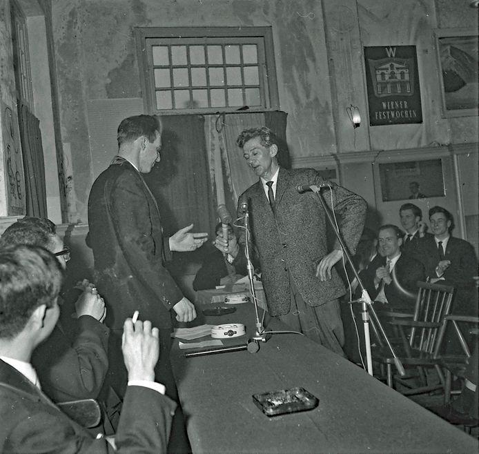 Een timmerman uit Delft overhandigde in januari 1964 een nieuwe voorzittershamer aan het bestuur van studentenvereniging Demos in Eindhoven