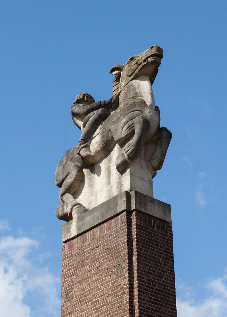 Op 24 april stonden we onder een van de twee ruiterstandbeelden uit 1930 van Antoon Rädecker op het Tuyll van Serooskerkenplein, vernoemd naar de eerste voorzitter van het Nederlands Olympisch Comité. Winnaar van het jaarabonnement op Ons Amsterdam is Herman Slaghuis.  Beeld Nina Schollaardt