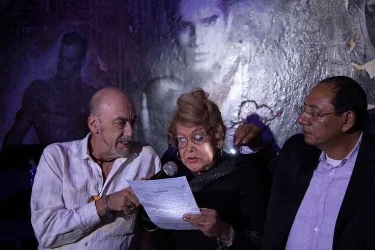 Flores tijdens een toespraak over haar opvang voor homoseksuele ouderen, in een homobar. Beeld null