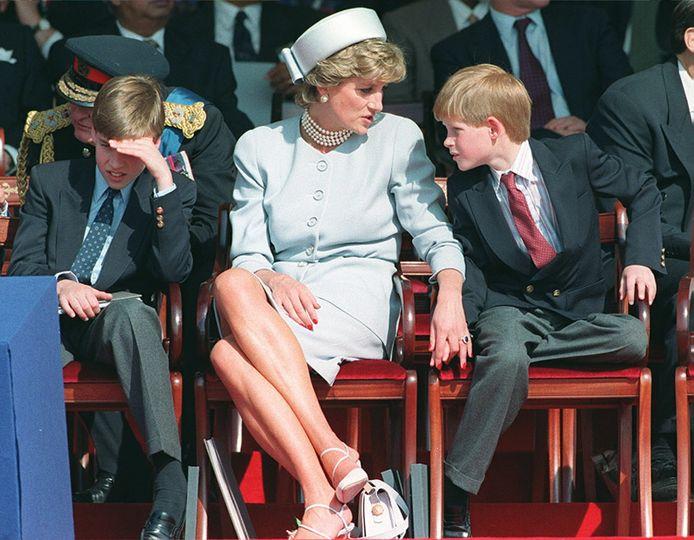 Archiefbeeld: Prinses Diana met haar zonen William (links) en Harry (rechts).
