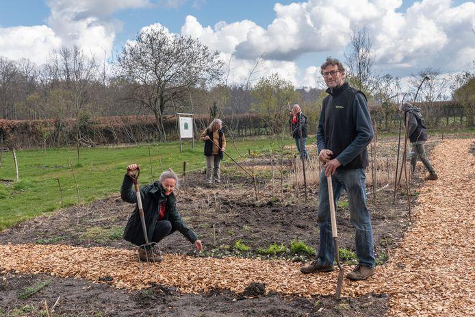 Els van Weering en Wim Kok met andere vrijwilligers in de pluktuin.