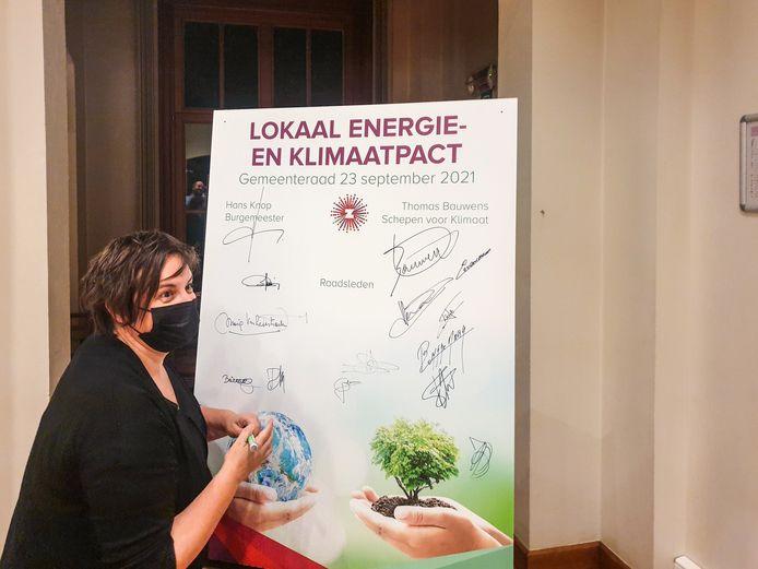 De gemeenteraadsleden ondertekenden het klimaatpact.