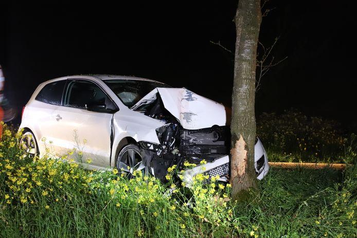 De zwaar beschadigde auto na het ongeluk op de Engelandstraat in Dodewaard.